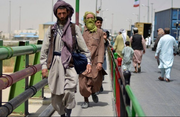 Afghans flock to Iranian border, but few make it across